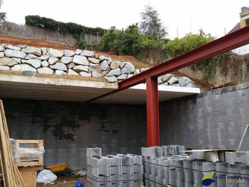 Construcción de casa con base para garatge